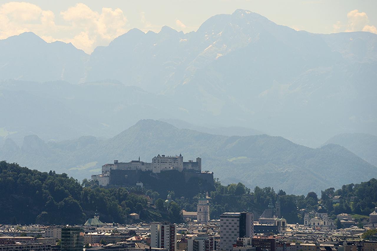 画像: レストランからの眺め ザルツブルク市内の背景に見えるのはドイツの山々