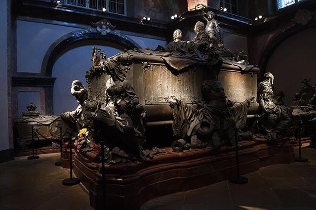 画像: マリア・テレジアとフランツ1世の巨大な棺