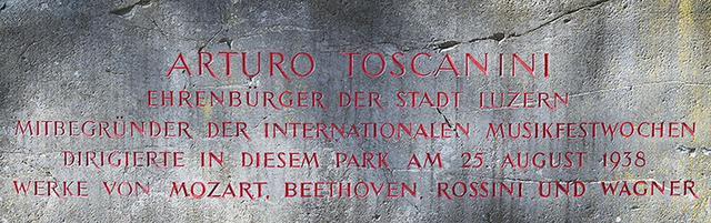 画像: 1938年8月25日のガラ・コンサートを催したことを記した石碑