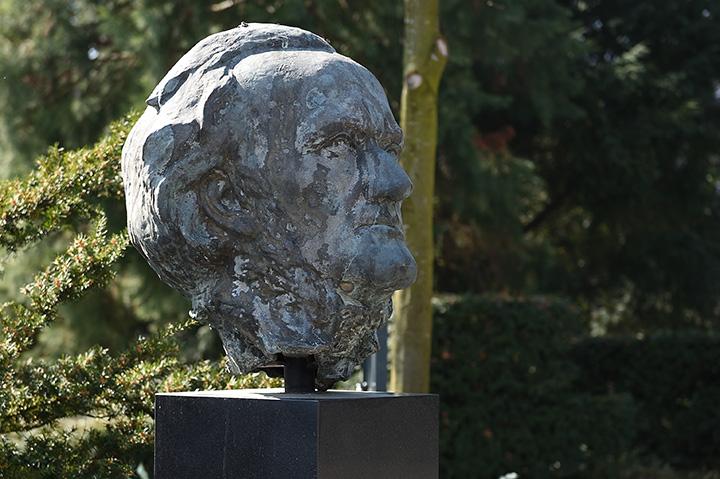画像: 記念館前にあるワーグナー胸像