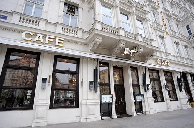 画像: ウィーン国立歌劇場のすぐ近くにある「カフェ・モーツァルト」は深夜まで営業