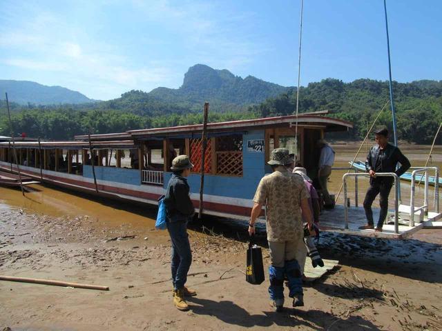 画像: 細長いボートに乗船!