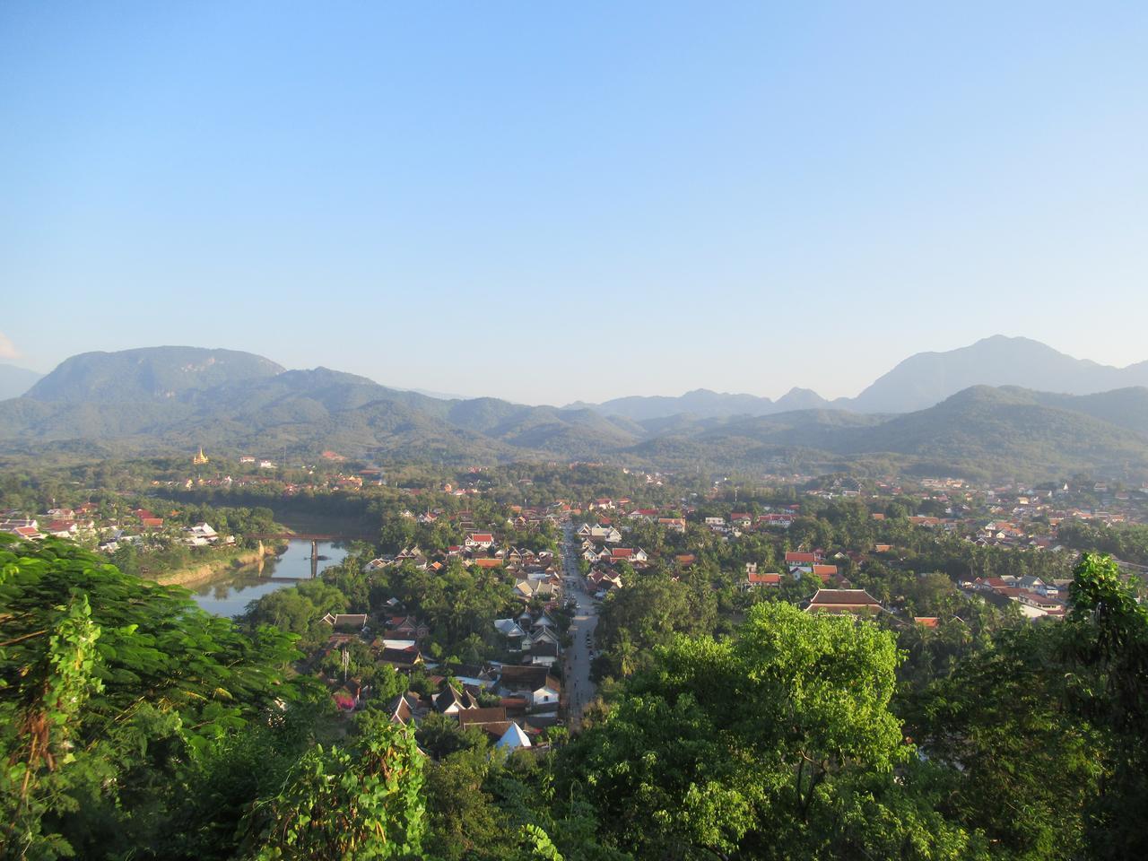 画像: プーシーの丘から世界遺産の町を見下ろす