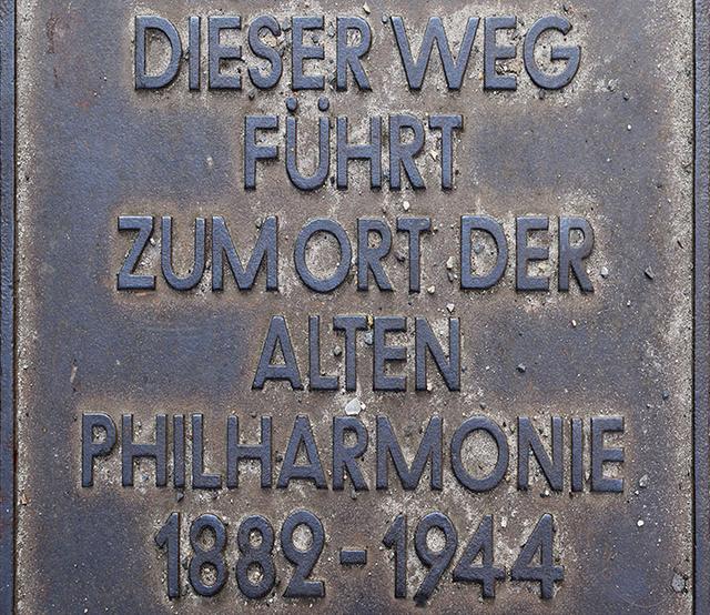 画像: 旧フィルハーモニー跡地を記した銘板