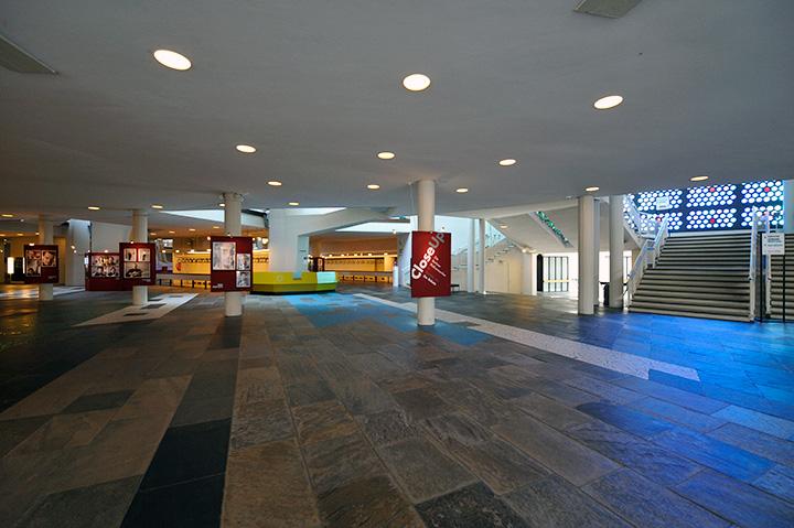 画像: フィルハーモニーの1階ホワイエ