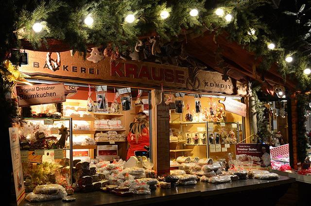 画像: クリスマスのお菓子「シュトレン」の屋台