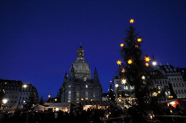 画像: クリスマス時期のドレスデンのシンボル聖母教会