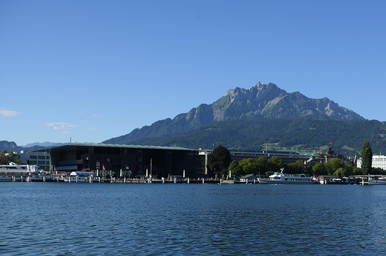 画像: ピラトゥス山とカルチャーコングレスセンター