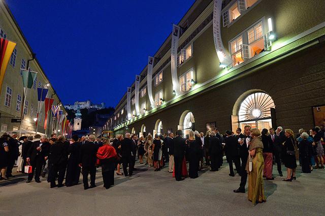画像: 祝祭大劇場前風景