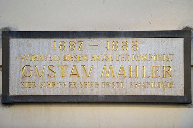 画像: マーラーが交響曲第1番を作曲した家の銘板