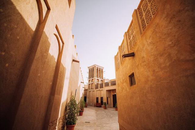 画像: アルファヒディ歴史地区 (写真 ドバイ政府観光局 提供) オールドドバイの一画にある歴史的建造物を保護している地区。 「ドバイの街はここから始まった」という説もあるほど重要なエリア。 フォトジェニックスポットとしても昨今人気です!