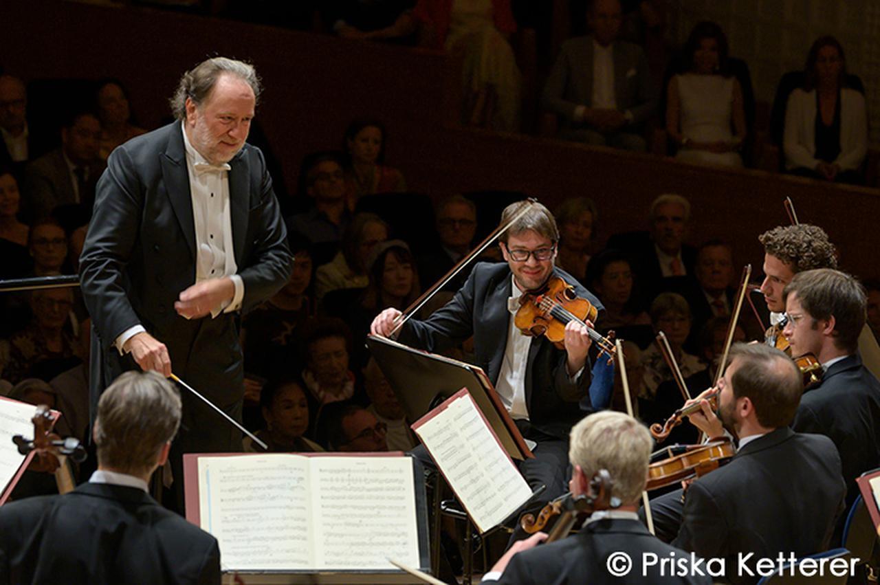 画像: ルツェルン祝祭管弦楽団を指揮するシャイー