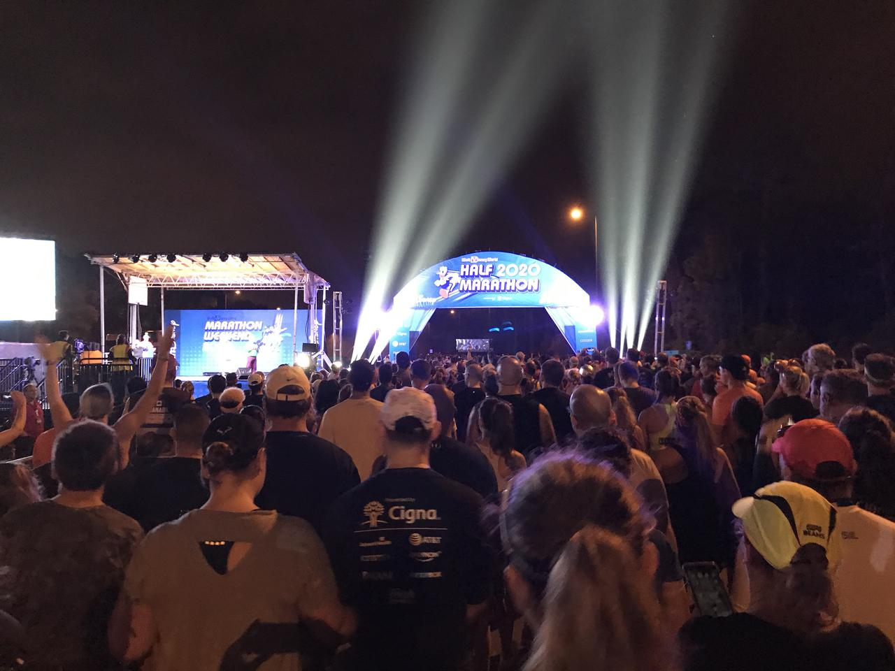 画像: ハーフマラソンスタートの様子。スタート位置でキャラクターがコーラルごとにスタートの合図をしてくれます