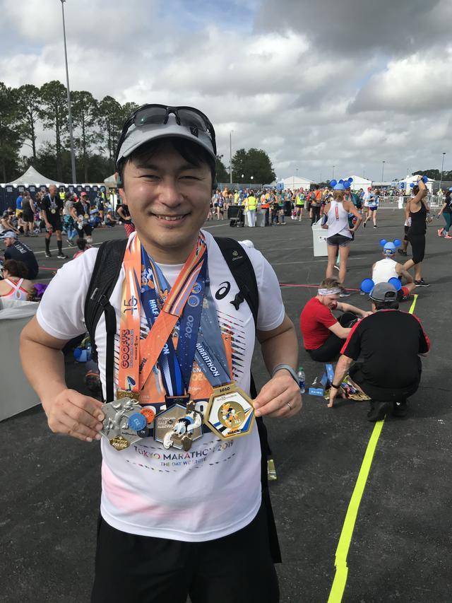 画像: ハーフマラソンとフルマラソンを両方走る「グーフィーチャレンジ」は完走するとメダルが3つもらえます♪