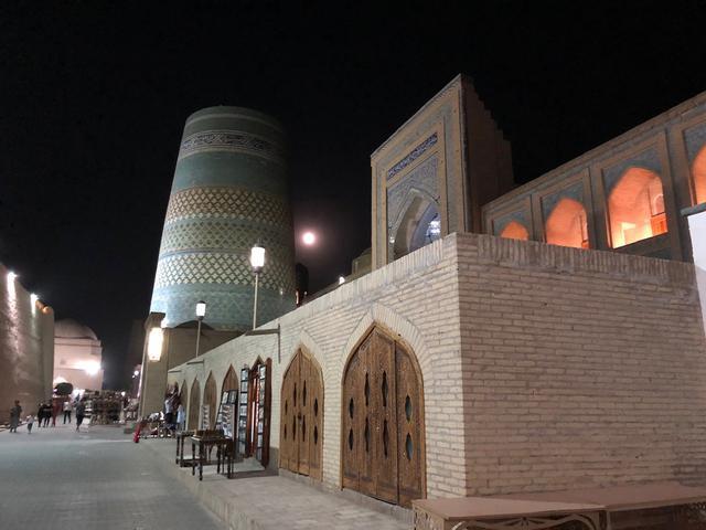 画像: 夜ライトアップされたヒヴァの旧市街にある カルタミナル(スタッフ撮影/イメージ)
