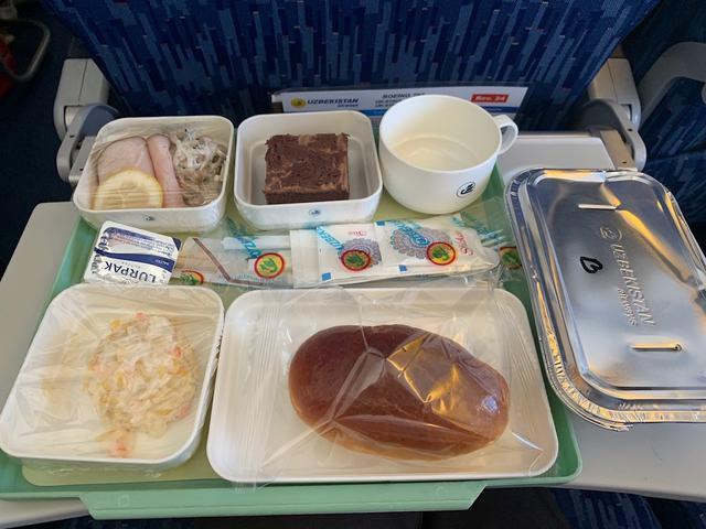 画像: ウズベキスタン航空の機内食(スタッフ撮影/イメージ)