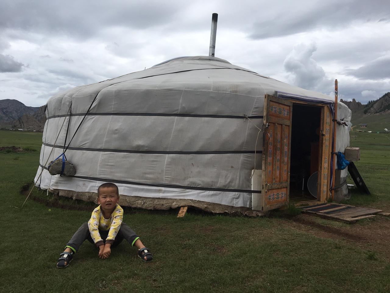 画像: 遊牧民の子とゲル(イメージ)/スタッフ撮影