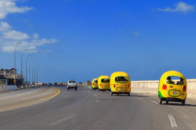 画像: ハバナを走るココタクシー(スタッフ撮影)