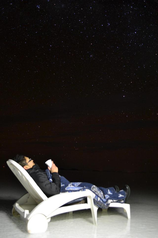 画像: 温かい飲み物を飲みながら星空観賞(イメージ)