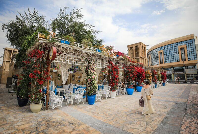 画像: 歴史を感じるロマンチックな中庭でティータイム