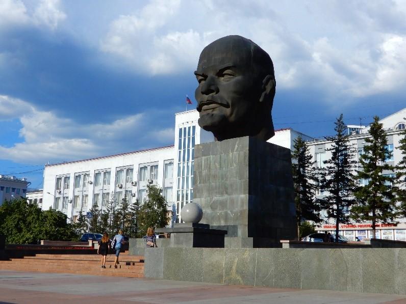 画像: 街の中心に位置し、巨大なレーニンの頭部像が置かれたソヴィエト広場(弊社社員撮影)