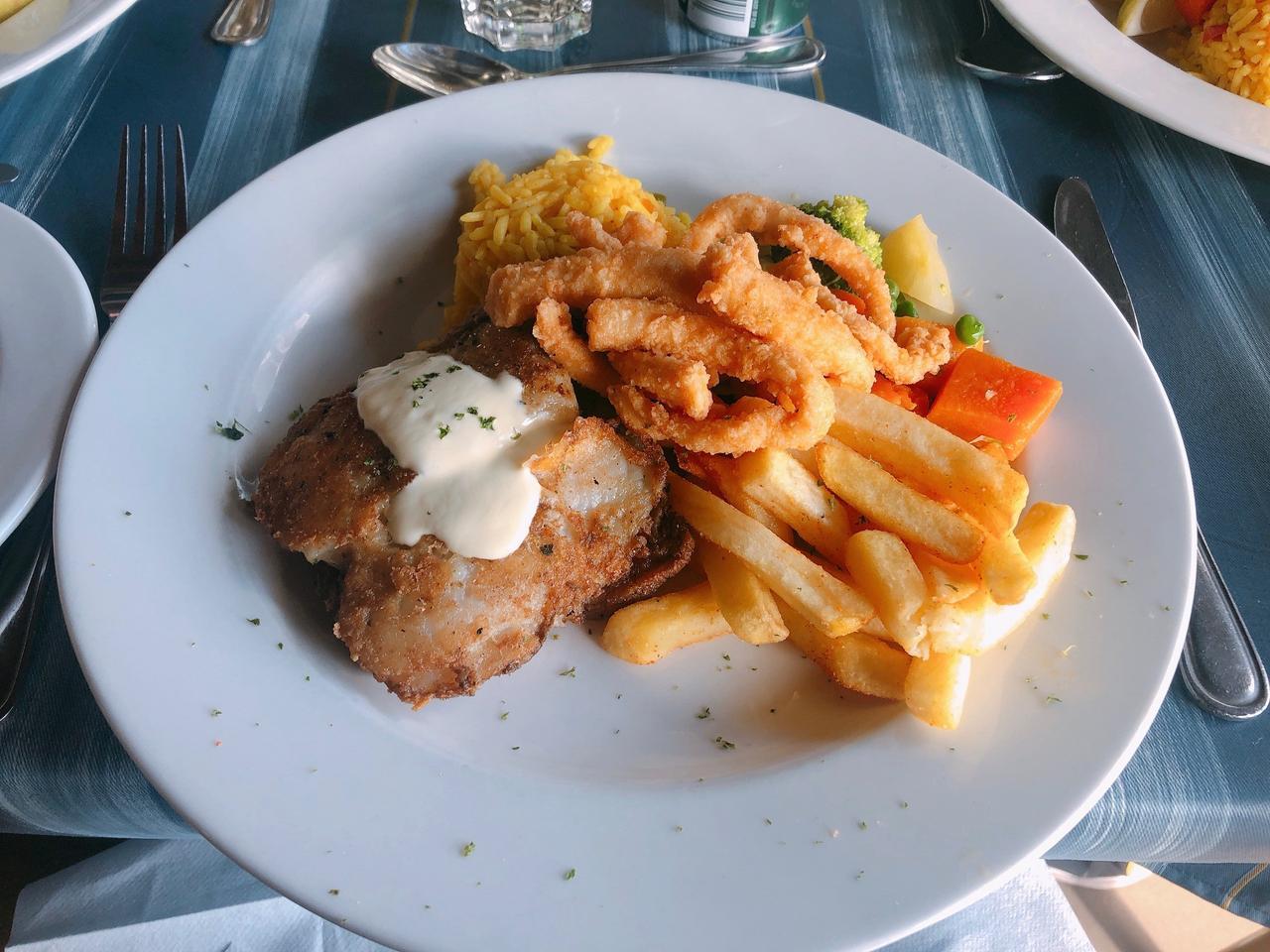 画像: メイン料理:白身魚とイカゲソのフライとフライドポテト(2019年7月 担当者撮影)