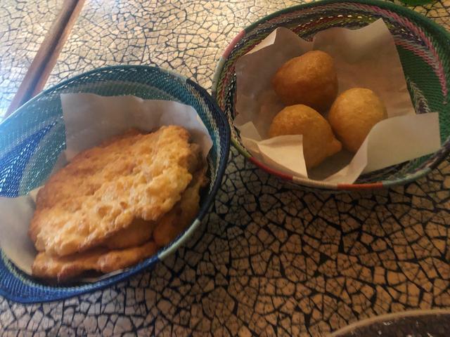 画像: キャッサバパン(チーズパン)とフェトクック(アフリカ風ドーナツ):(2019年7月 担当者撮影)