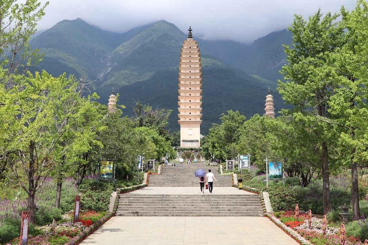 画像: 美しくそびえ建つ崇聖寺の三塔。中央の高さは約70メートル。