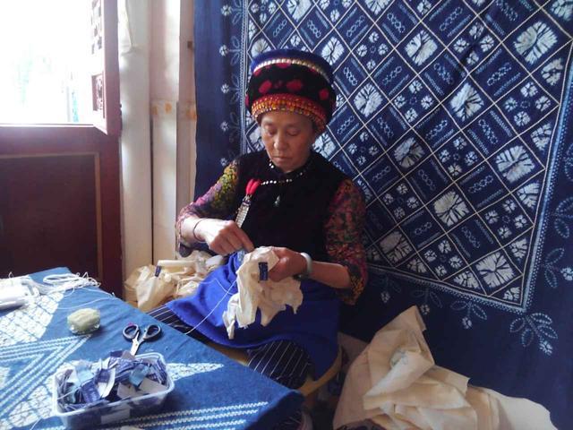 画像: 藍染工房にて少数民族ペー族とお土産用の藍染め体験