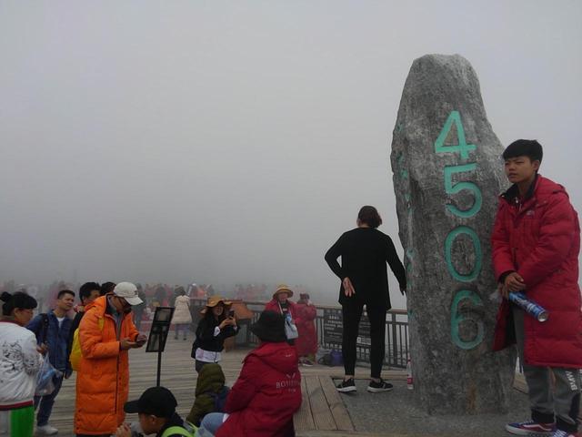 画像: あいにくの天気ですが中国人の観光客の皆さんで氷河公園はにぎわっていました。晴れれば霧の向こうに迫力の氷河が見えます。