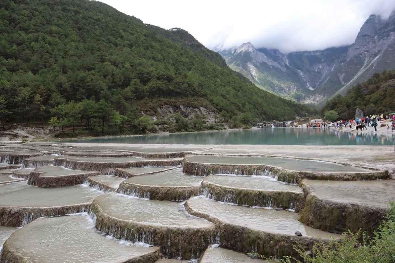 画像: 中国の上高地のように美しい景色の藍月谷