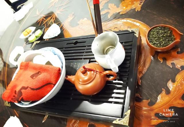 画像: 温めた茶器でゆっくりとお湯を注いで、一度の茶葉で5~6回(4~6名分)ほど楽しめます(弊社スタッフ撮影2019年6月)
