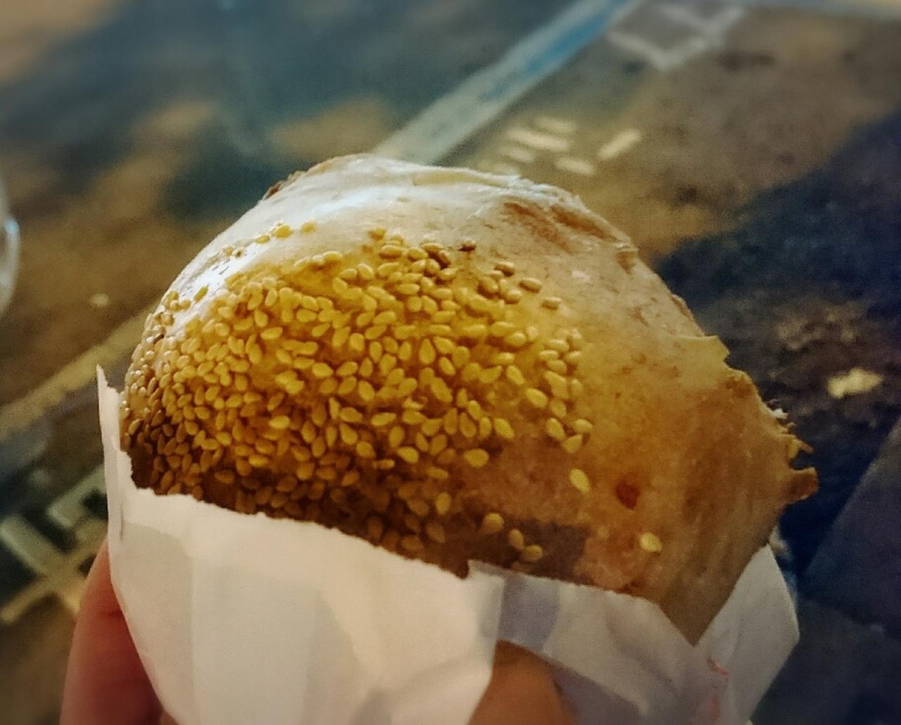 画像: 台湾夜市の屋台グルメでおすすめなのはコレ!胡椒餅はピリ辛の肉餡とカリカリの皮が絶品。是非、お熱いうちに召しあがれ♪(弊社スタッフ撮影2019年6月)