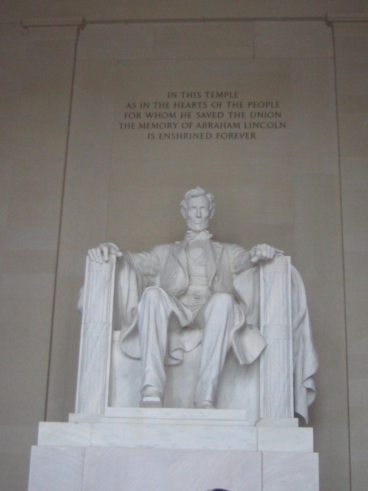 画像: リンカーン記念堂にある初代大統領エイブラハム・リンカーンのモニュメント/弊社スタッフ撮影