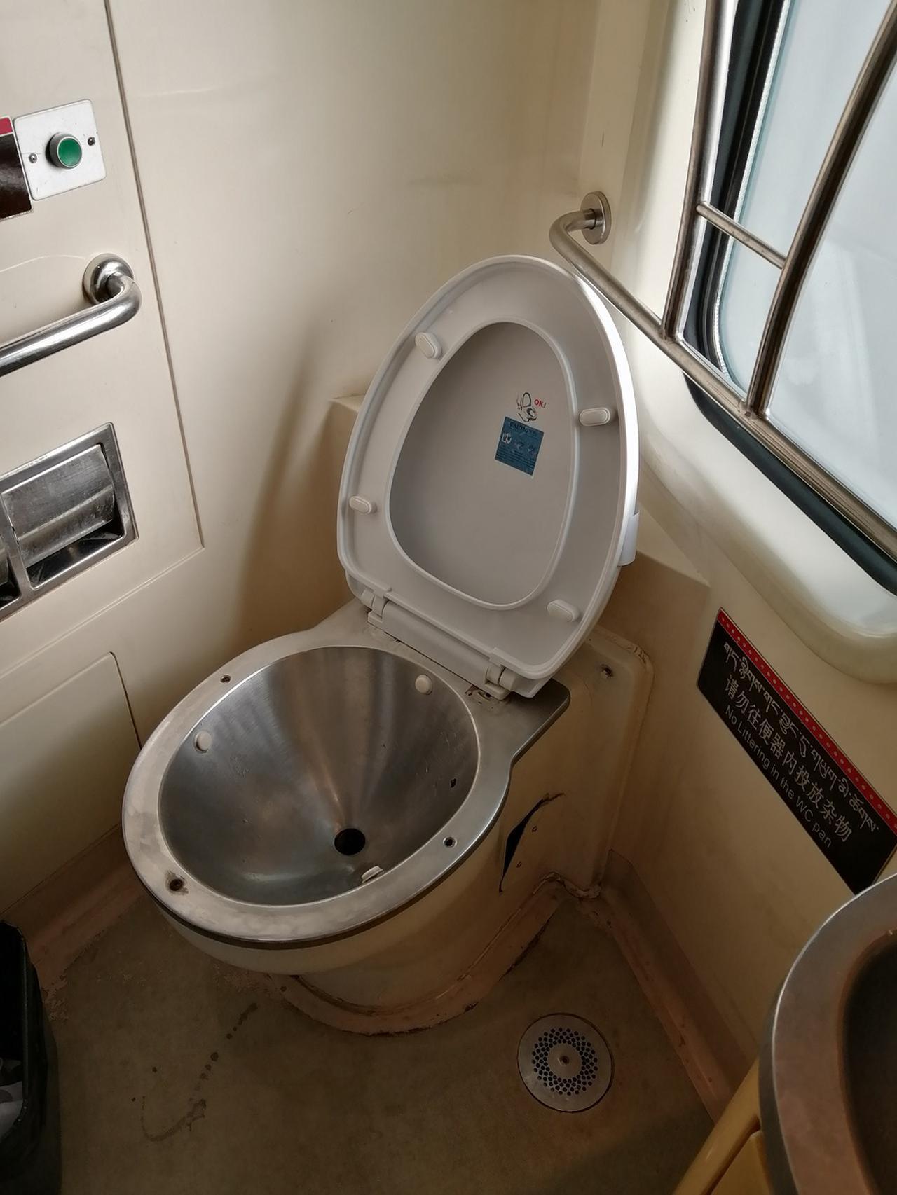 画像: トイレが各車両に2つ設置。和式の方が数が多い。トイレットペーパーは携帯必須です。