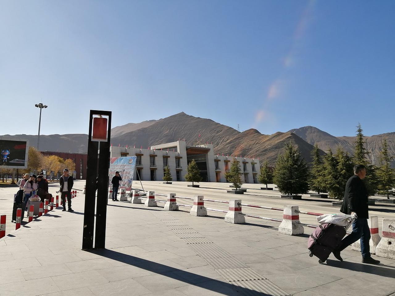 画像: ラサ駅。外国人はラサ駅到着後、駅横の事務所でチベット入境許可書とパスポートの確認がある。入境許可書はツアー団体で1枚、現地ガイドが所持している。