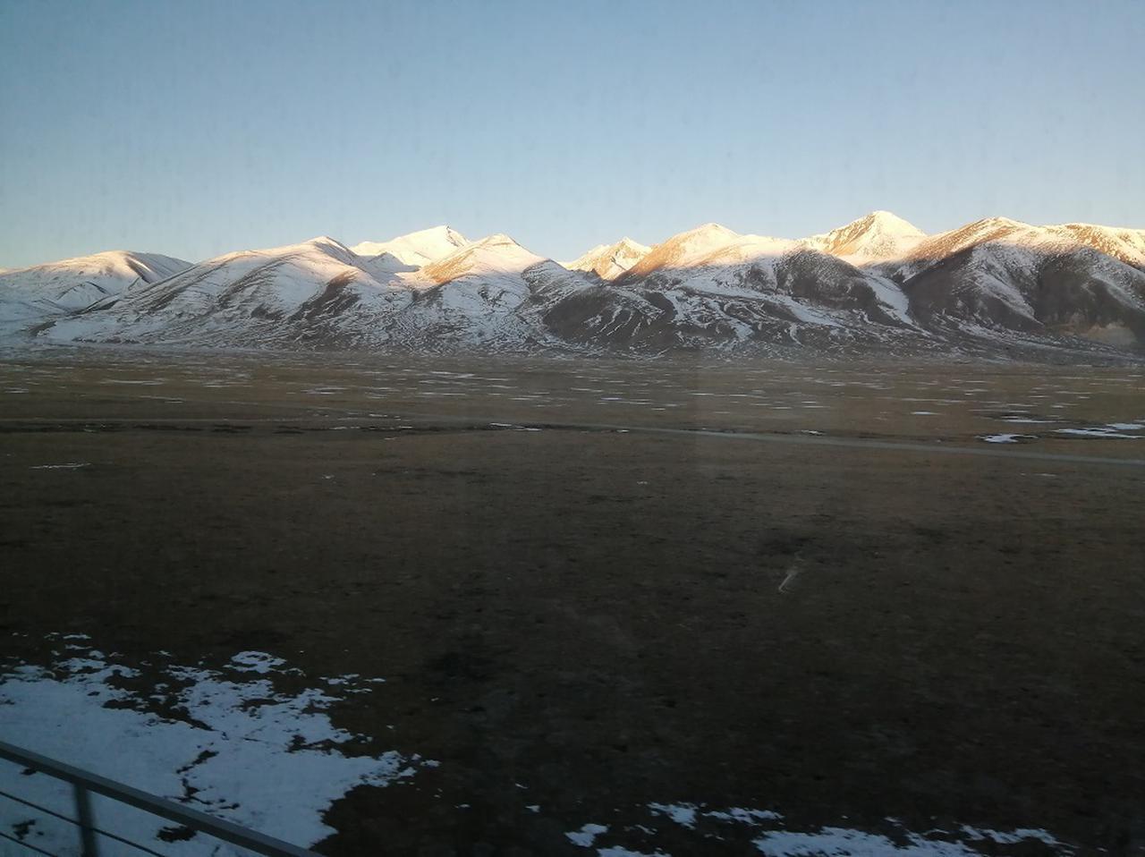 画像: 広大なタングラ山脈の雪山の景色が続く。朝日が照りかえり、神秘的な一瞬を迎える。