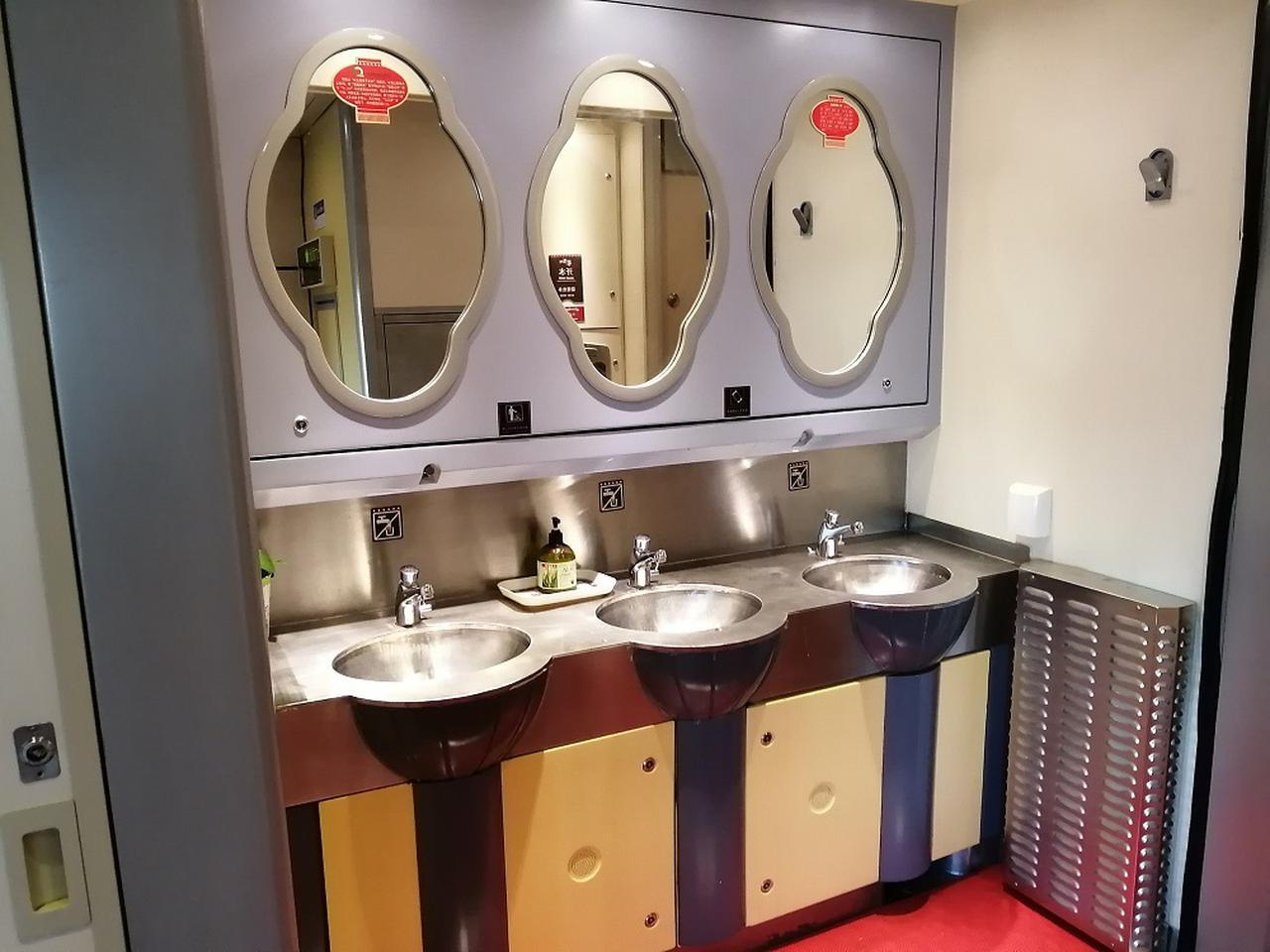 画像: 洗面スペース。各車両に一つ設置。