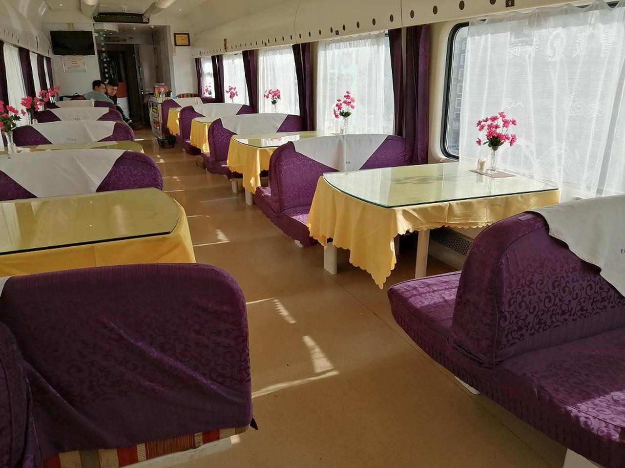 画像: 寝台列車の旅の華・食堂車。各テーブルに花も生けられ清潔です。