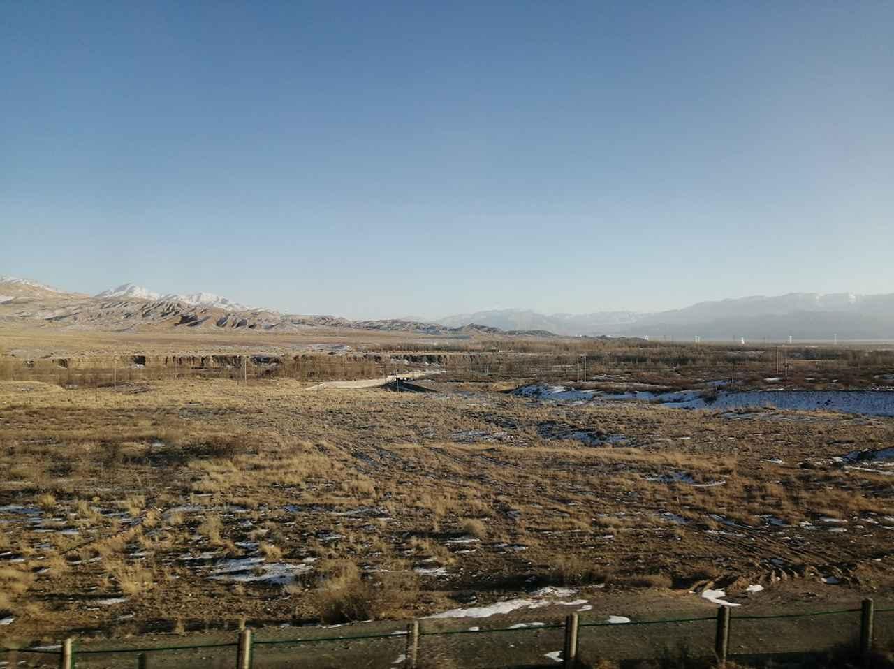 画像: 荒涼とした高原と山々の景色が永遠と続く。中国の広大さ、魅力の深さを改めて感じる。
