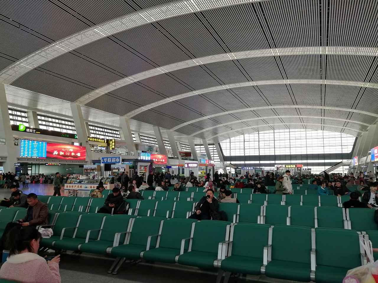 画像: 西寧駅の広大な待合室。両サイドには改札と土産物店があります。チベット土産もここで買えます、種類も豊富。約21時間の列車旅に備え、水や食料品を十分に買っておきましょう。