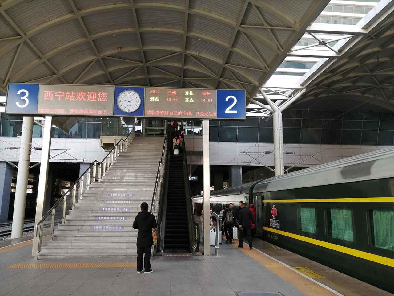 画像: ホームに降りるとすでに青蔵鉄道が停車中。