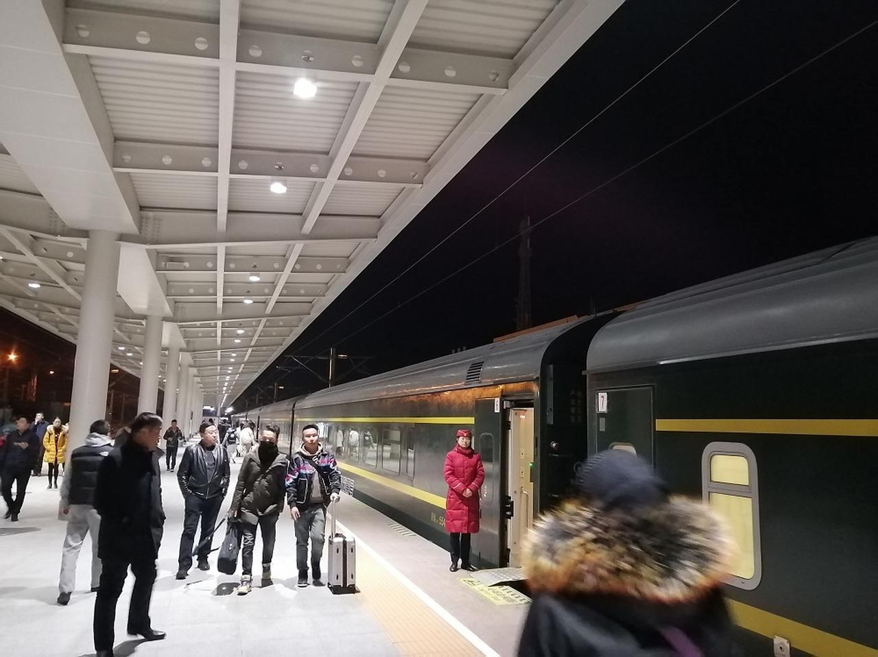 画像: 夜間に30分間停車するゴルムド駅。ホームにも降りることができるが、お店などはない。