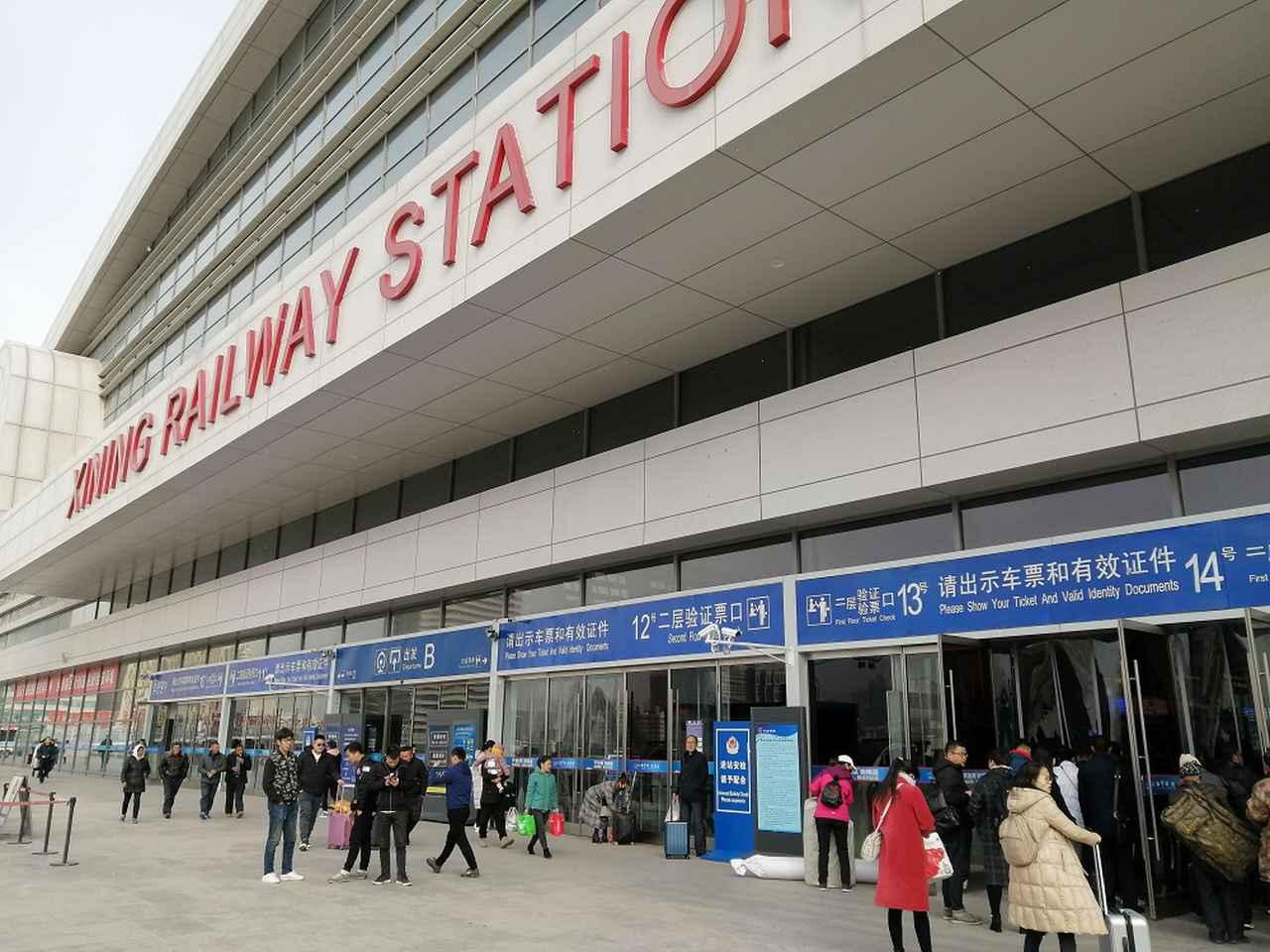 画像: 西寧駅。入口で荷物のX線検査を受けます。