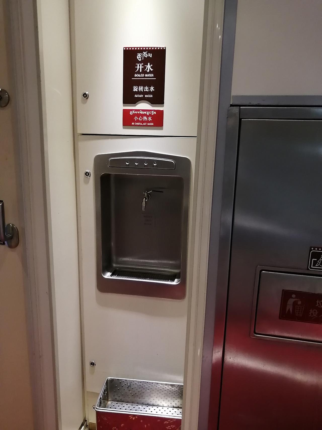 画像: 給湯口も各車両に1つ設置。中国語で「開水」は熱湯の意味。お湯がでます。