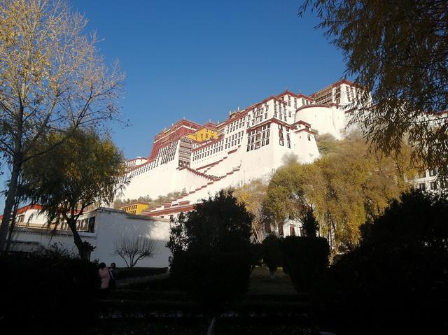 画像: ツアー専用ゲートから入場して、ポタラ宮を見上げながら進む。