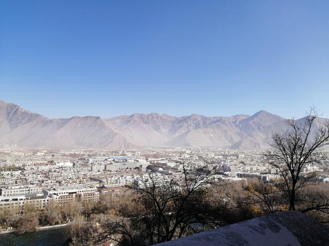 画像: ポタラ宮から見渡すラサ旧市街地