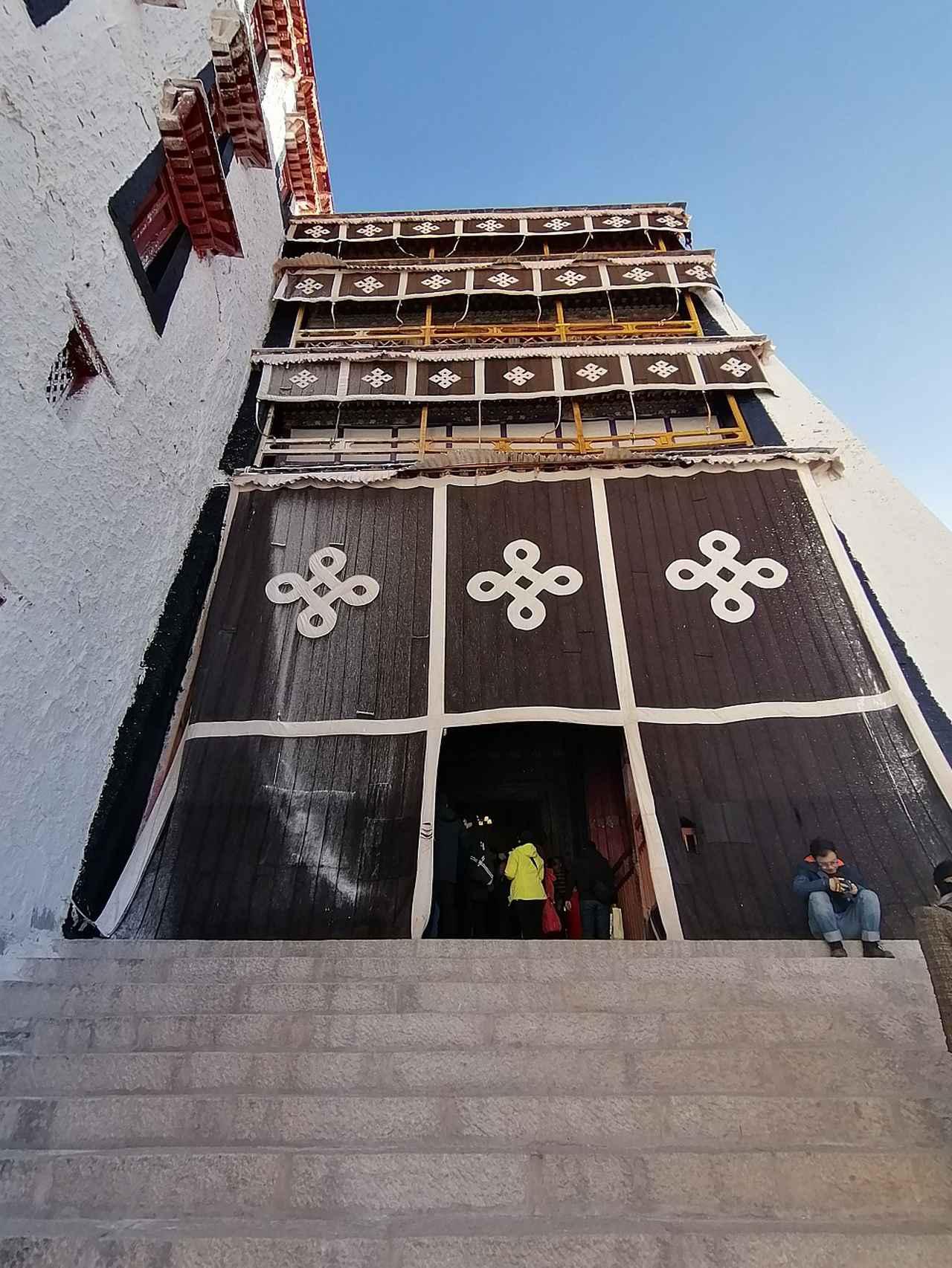 画像: デヤン・シャルへと続く階段。