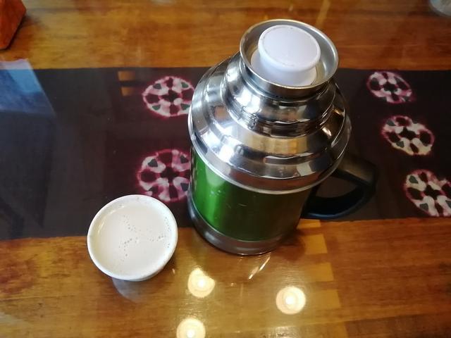 画像: チベット名物のバター茶。ヤクの乳から作られる。少し塩辛いが現地で飲むとおいしい。熱いうちに飲むのがコツ。
