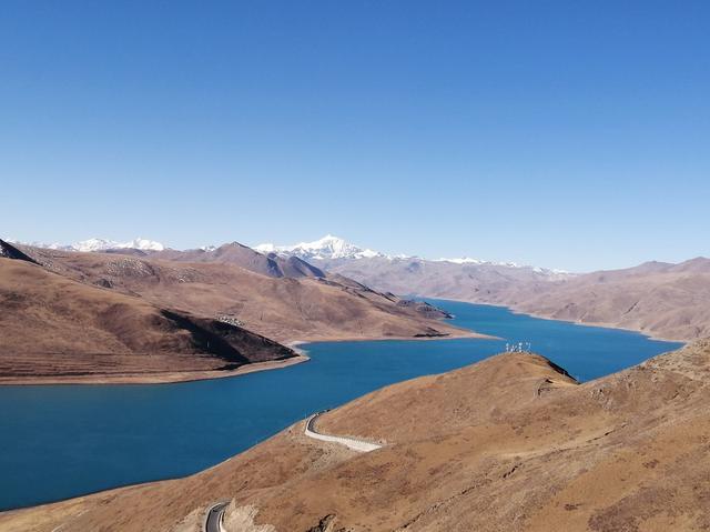 画像: 奥には標高6000メートル以上の万年雪を抱く高峰がそびえる。